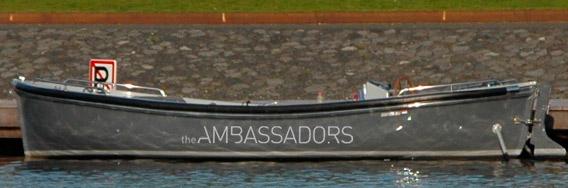 _kramer_belettering_plakletters_logo_the_ambassadors_op_sloep